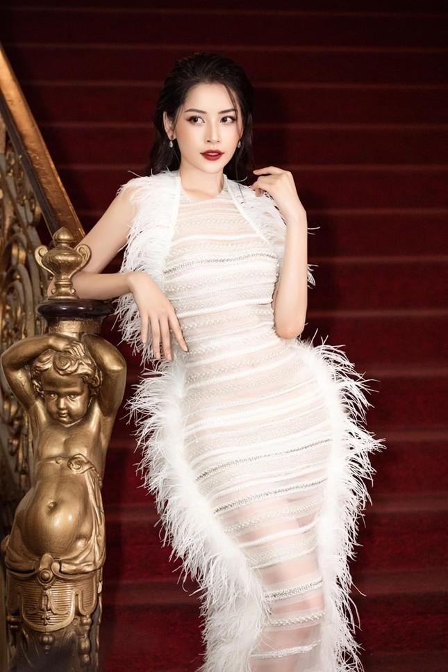Bốn mỹ nhân cùng mặc mẫu váy xuyên thấu, Ngọc Trinh thậm chí không táo bạo bằng Kiều Loan ảnh 3
