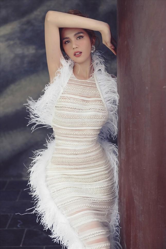 Bốn mỹ nhân cùng mặc mẫu váy xuyên thấu, Ngọc Trinh thậm chí không táo bạo bằng Kiều Loan ảnh 2