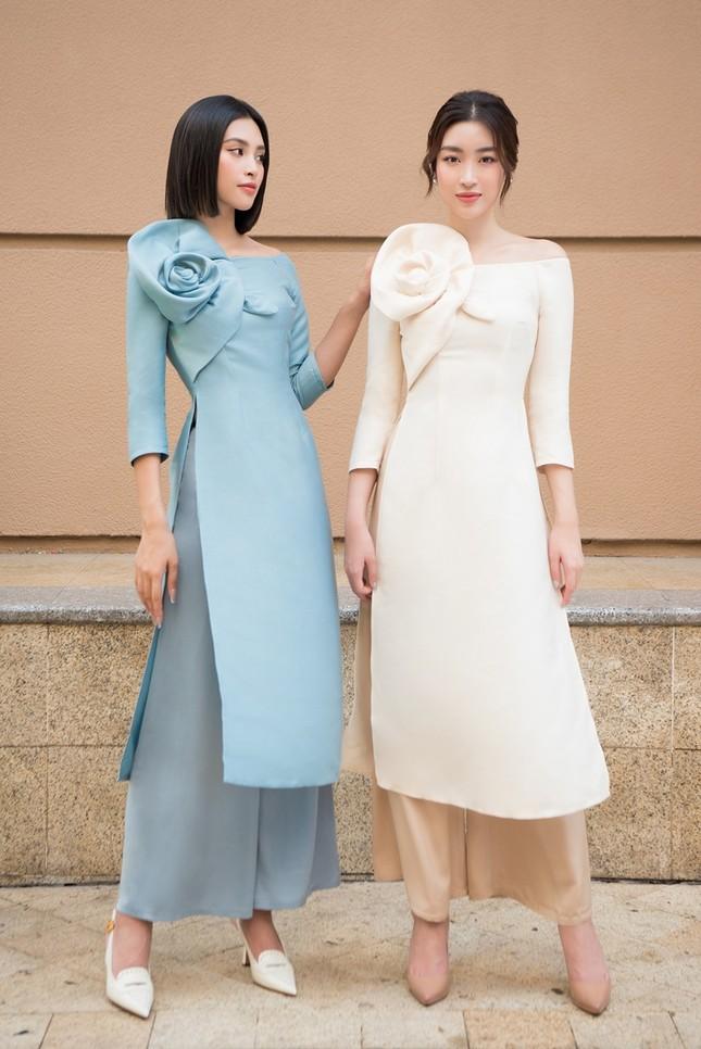 Hoa hậu Tiểu Vy khoe vẻ đẹp hiện đại trong bộ sưu tập áo dài Tết của Hoa hậu Đỗ Mỹ Linh ảnh 1