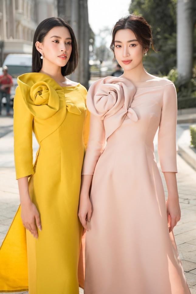 Hoa hậu Tiểu Vy khoe vẻ đẹp hiện đại trong bộ sưu tập áo dài Tết của Hoa hậu Đỗ Mỹ Linh ảnh 2