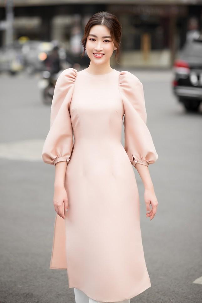Hoa hậu Tiểu Vy khoe vẻ đẹp hiện đại trong bộ sưu tập áo dài Tết của Hoa hậu Đỗ Mỹ Linh ảnh 3