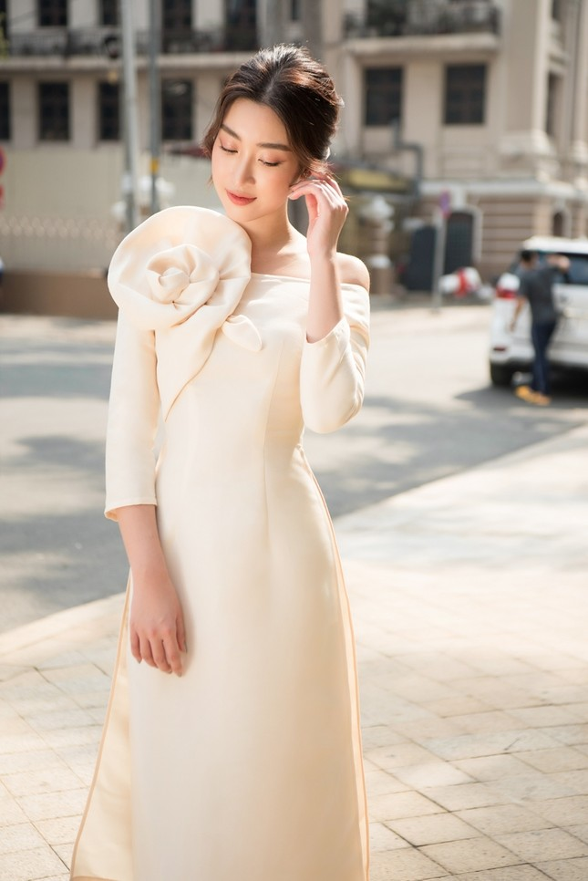 Hoa hậu Tiểu Vy khoe vẻ đẹp hiện đại trong bộ sưu tập áo dài Tết của Hoa hậu Đỗ Mỹ Linh ảnh 4