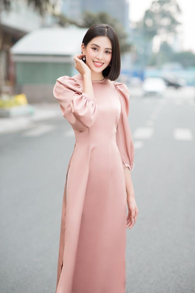 Hoa hậu Tiểu Vy khoe vẻ đẹp hiện đại trong bộ sưu tập áo dài Tết của Hoa hậu Đỗ Mỹ Linh ảnh 8