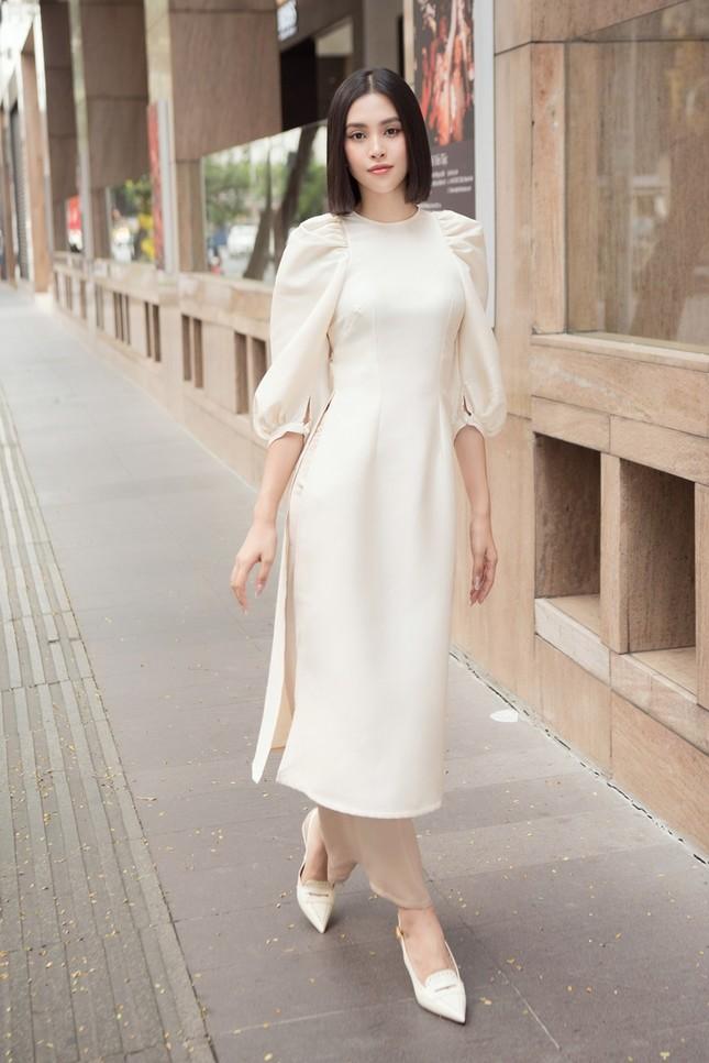 Hoa hậu Tiểu Vy khoe vẻ đẹp hiện đại trong bộ sưu tập áo dài Tết của Hoa hậu Đỗ Mỹ Linh ảnh 7