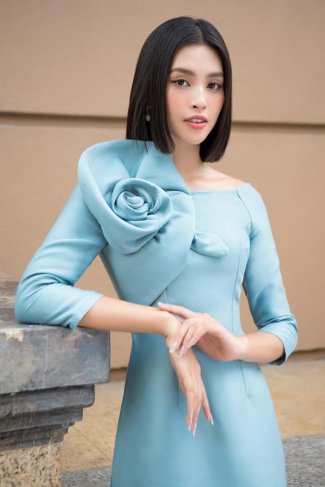 Hoa hậu Tiểu Vy khoe vẻ đẹp hiện đại trong bộ sưu tập áo dài Tết của Hoa hậu Đỗ Mỹ Linh ảnh 5