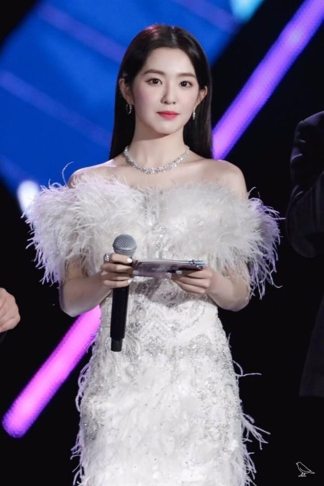 Stylist BLACKPINK gây sốc nặng vì cắt một chiếc váy cưới tuyệt đẹp thành áo quây cho Jisoo ảnh 4