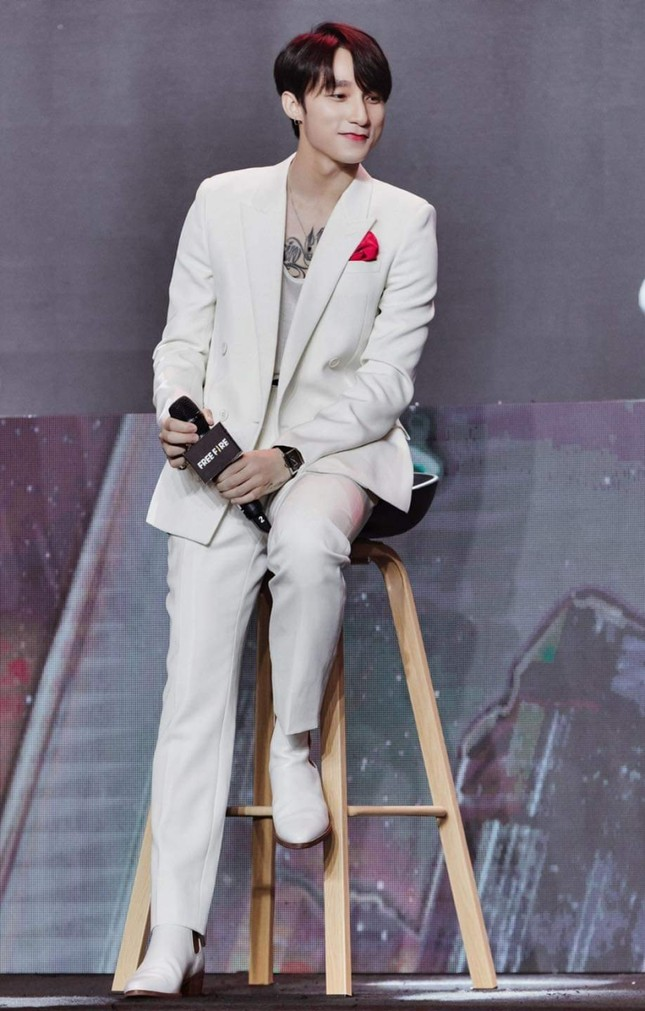 """Thực hư Jack - Sơn Tùng M-TP cùng diện set đồ trắng và """"đụng đồ"""" giày hàng hiệu? ảnh 1"""