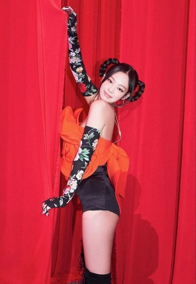 Cận cảnh chiếc áo hoa hồng trứ danh của Jennie BLACKPINK trong concert The Show, giá thực sự gây choáng ảnh 6