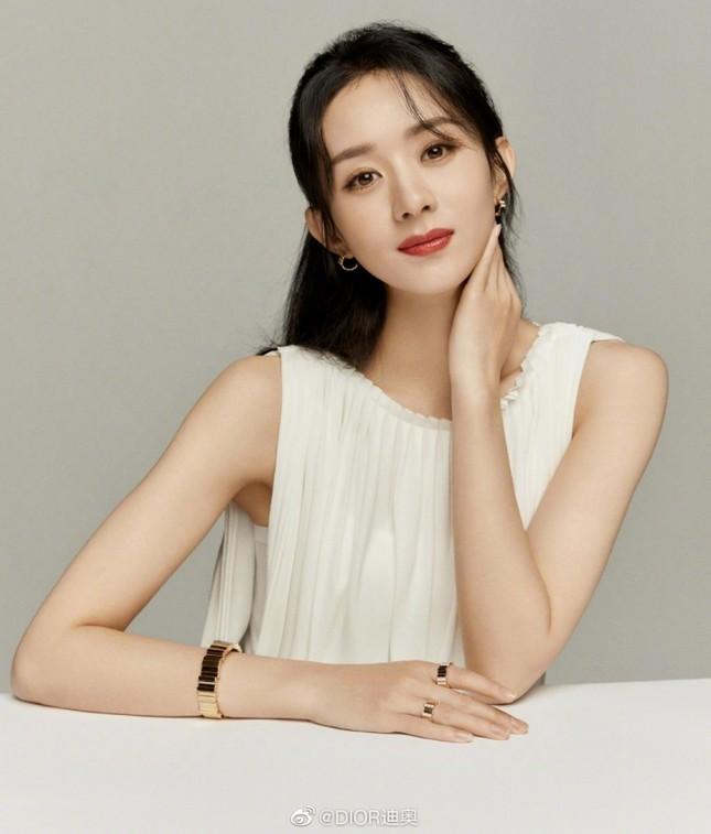 Triệu Lệ Dĩnh chính thức là Đại diện thương hiệu mảng trang sức của Dior, nhưng vì sao bộ ảnh quảng cáo lại bị chê? ảnh 2