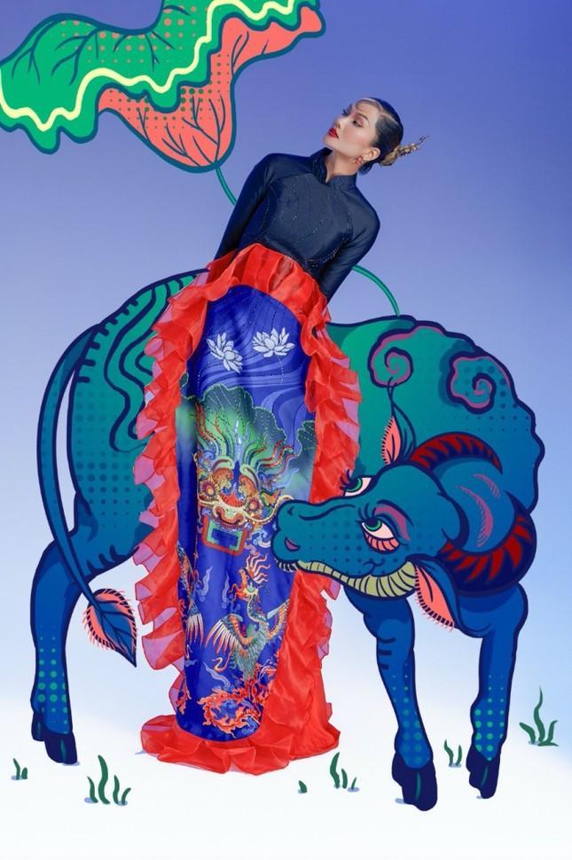 """Đưa tranh Đông Hồ vào bộ ảnh thời trang, Hoa hậu H'Hen Niê """"cưỡi trâu"""" mừng Xuân Tân Sửu ảnh 4"""