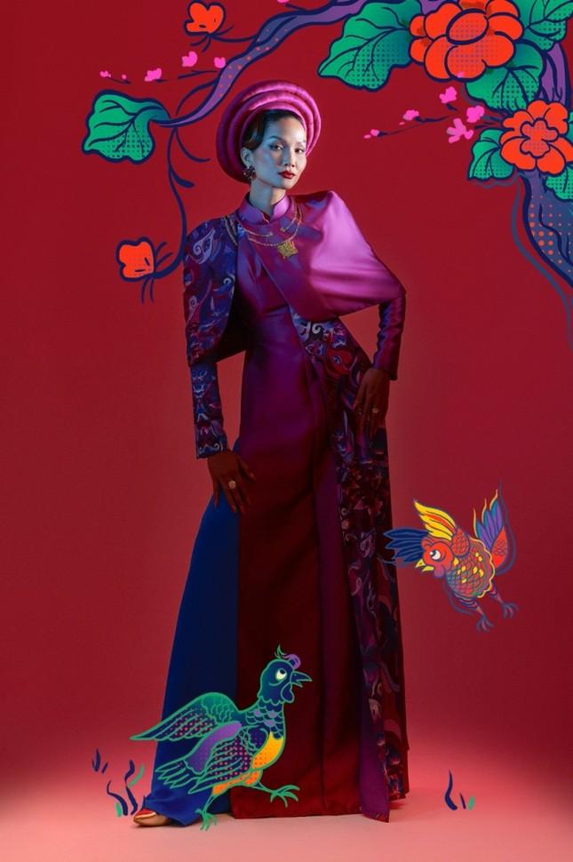 """Đưa tranh Đông Hồ vào bộ ảnh thời trang, Hoa hậu H'Hen Niê """"cưỡi trâu"""" mừng Xuân Tân Sửu ảnh 6"""