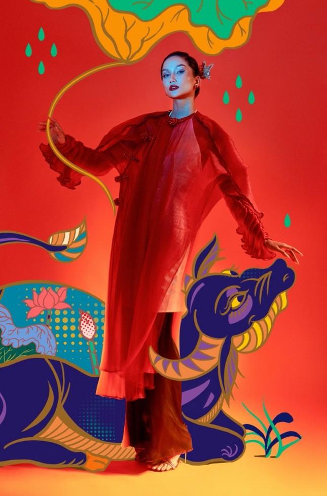 """Đưa tranh Đông Hồ vào bộ ảnh thời trang, Hoa hậu H'Hen Niê """"cưỡi trâu"""" mừng Xuân Tân Sửu ảnh 1"""