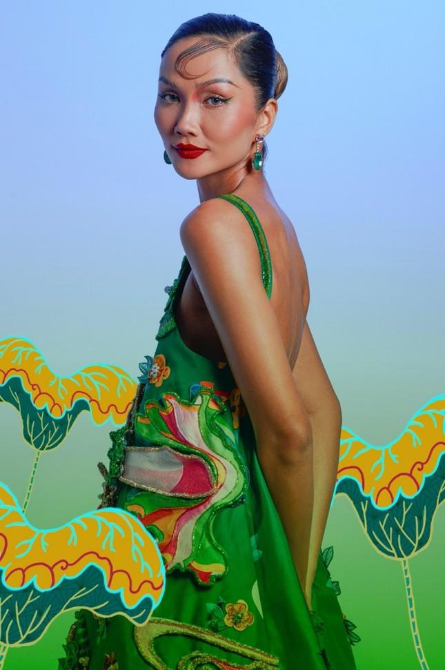 """Đưa tranh Đông Hồ vào bộ ảnh thời trang, Hoa hậu H'Hen Niê """"cưỡi trâu"""" mừng Xuân Tân Sửu ảnh 7"""