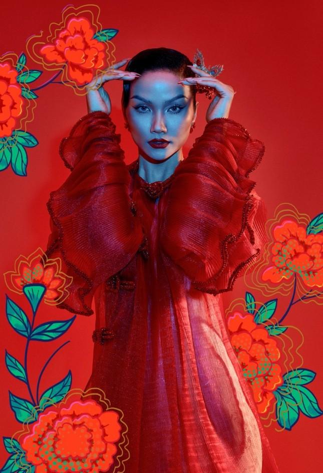 """Đưa tranh Đông Hồ vào bộ ảnh thời trang, Hoa hậu H'Hen Niê """"cưỡi trâu"""" mừng Xuân Tân Sửu ảnh 8"""