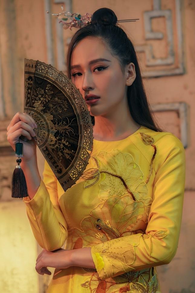 Hơn 10 năm mới mặc lại áo dài, Hoa hậu Mai Phương Thúy đẹp sắc sảo như mỹ nữ cổ trang ảnh 4