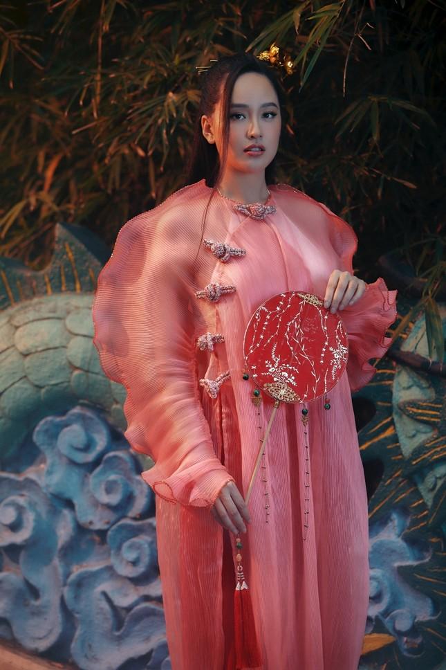 Hơn 10 năm mới mặc lại áo dài, Hoa hậu Mai Phương Thúy đẹp sắc sảo như mỹ nữ cổ trang ảnh 5