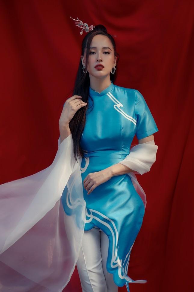 Hơn 10 năm mới mặc lại áo dài, Hoa hậu Mai Phương Thúy đẹp sắc sảo như mỹ nữ cổ trang ảnh 2