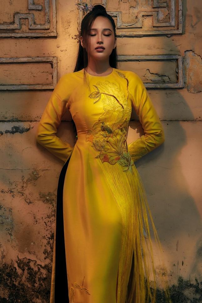 Hơn 10 năm mới mặc lại áo dài, Hoa hậu Mai Phương Thúy đẹp sắc sảo như mỹ nữ cổ trang ảnh 3