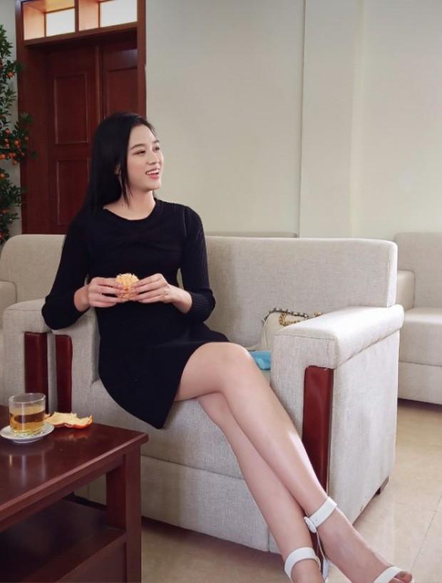 """Hoa hậu Đỗ Thị Hà """"mời mọi người ăn cam"""", nhưng ai cũng chú ý đến đôi chân 1m11 trứ danh của nàng hậu ảnh 2"""