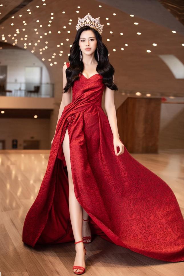 """Hoa hậu Đỗ Thị Hà """"mời mọi người ăn cam"""", nhưng ai cũng chú ý đến đôi chân 1m11 trứ danh của nàng hậu ảnh 5"""