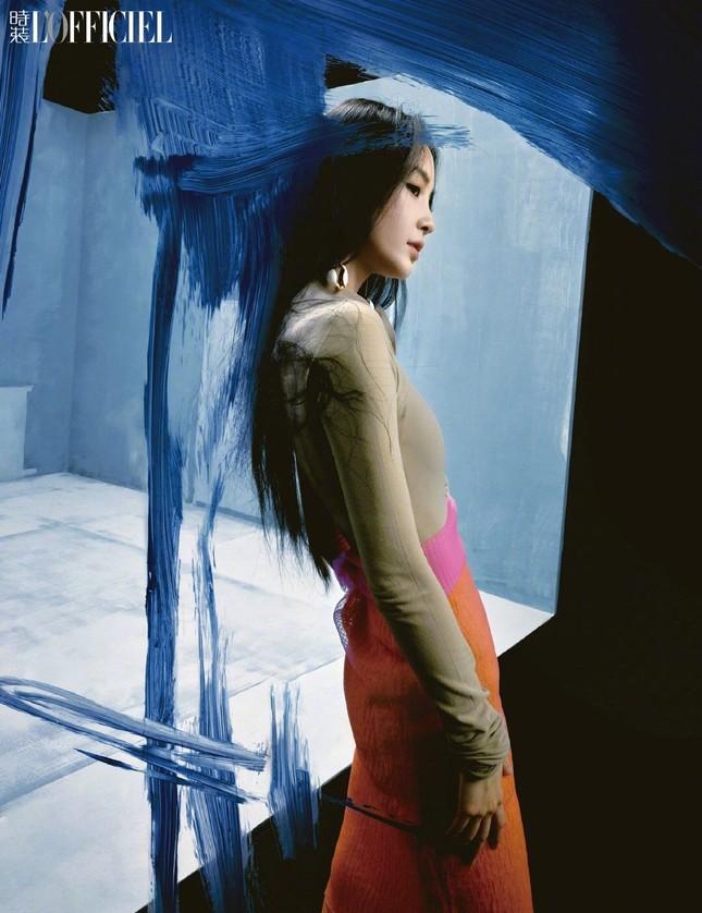 Angela Baby khoe thân hình siêu mỏng trong bộ ảnh chụp cho tạp chí L'OFFICIEL Trung ảnh 4