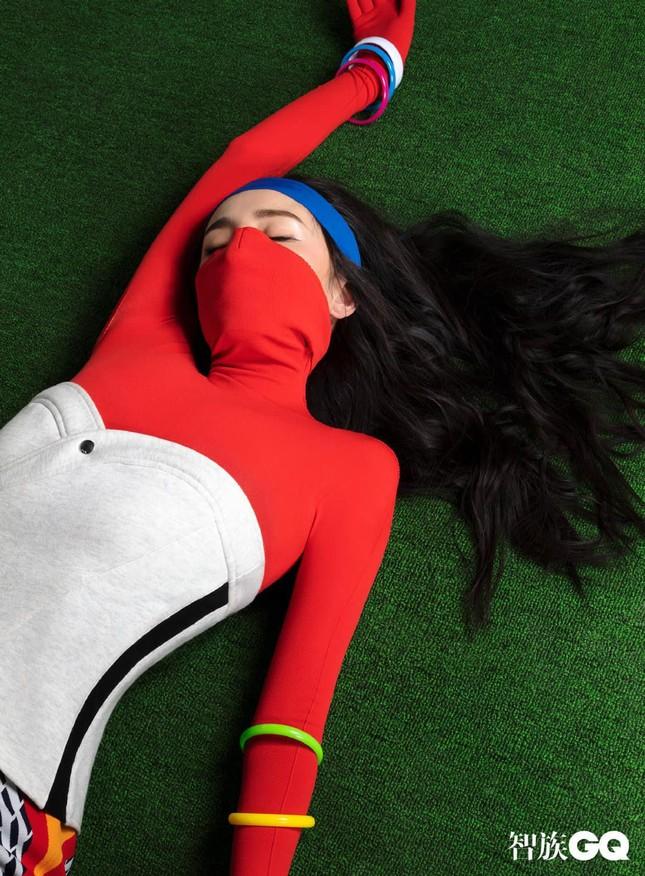 """Dương Mịch được khen hết lời khi chọn phong cách """"nổi loạn"""" đầy màu sắc trên bìa GQ ảnh 5"""