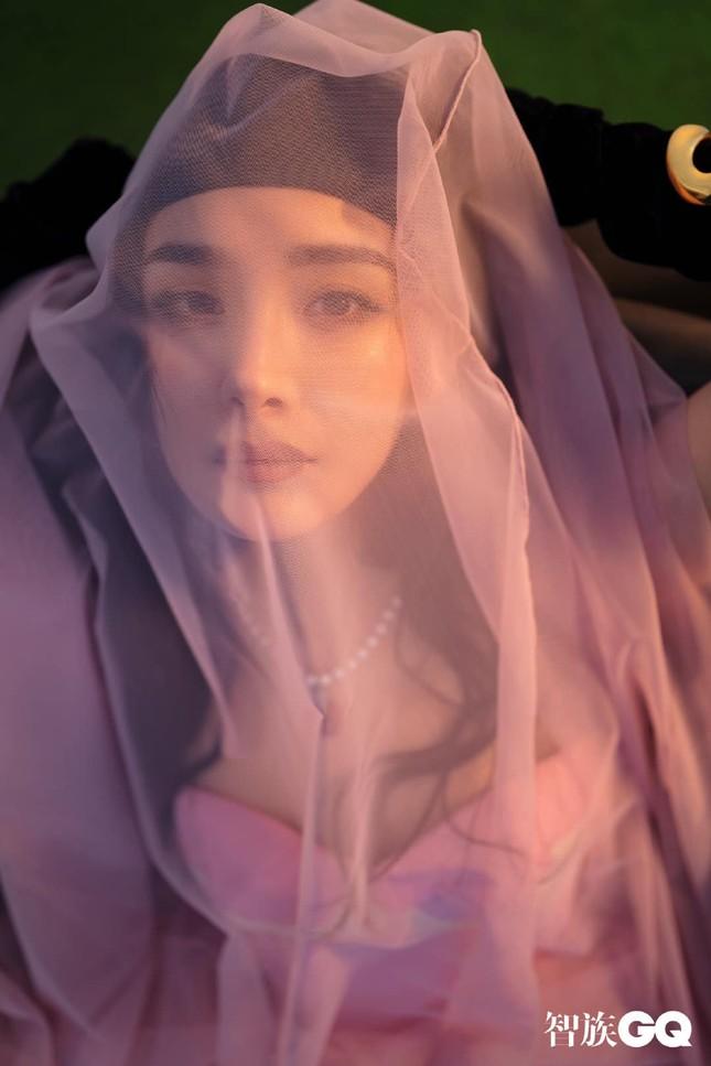 """Dương Mịch được khen hết lời khi chọn phong cách """"nổi loạn"""" đầy màu sắc trên bìa GQ ảnh 11"""