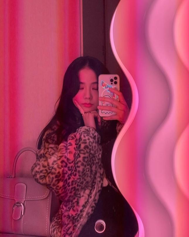 Không chỉ chụp selfie, Joy (Red Velvet) còn quay hẳn clip khoe gương xịn sò y chang của Jisoo (BLACKPINK) ảnh 1