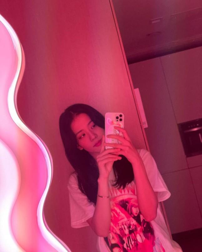 Không chỉ chụp selfie, Joy (Red Velvet) còn quay hẳn clip khoe gương xịn sò y chang của Jisoo (BLACKPINK) ảnh 2