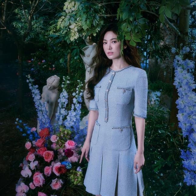 """Các """"nữ thần"""" cùng tung bộ ảnh thời trang, Suzy liệu có thần thái hơn Jisoo (BLACKPINK) và Song Hye Kyo? ảnh 1"""