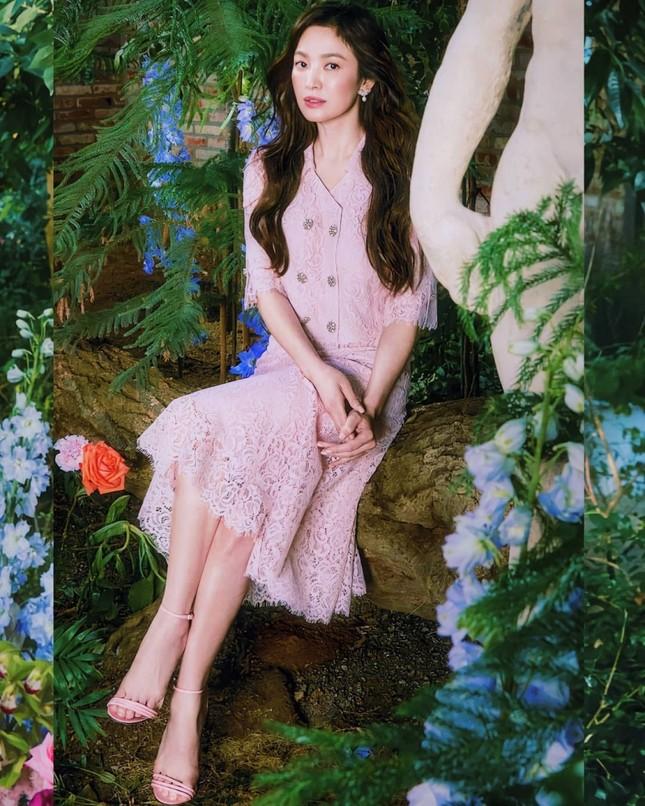 """Các """"nữ thần"""" cùng tung bộ ảnh thời trang, Suzy liệu có thần thái hơn Jisoo (BLACKPINK) và Song Hye Kyo? ảnh 2"""