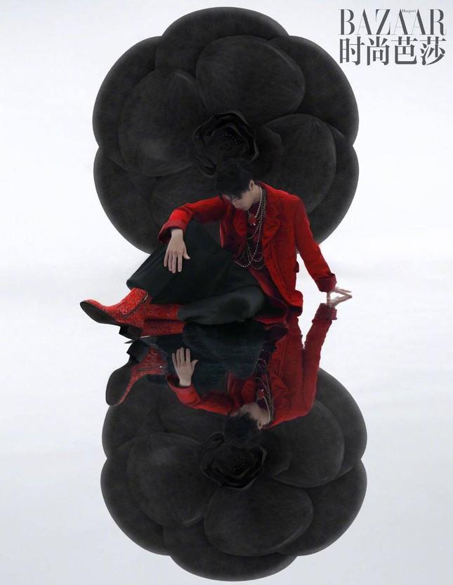 Vương Nhất Bác khoe khí chất vương giả đầy quyền lực trên bìa khai quý của Harper's BAZAAR Trung ảnh 2