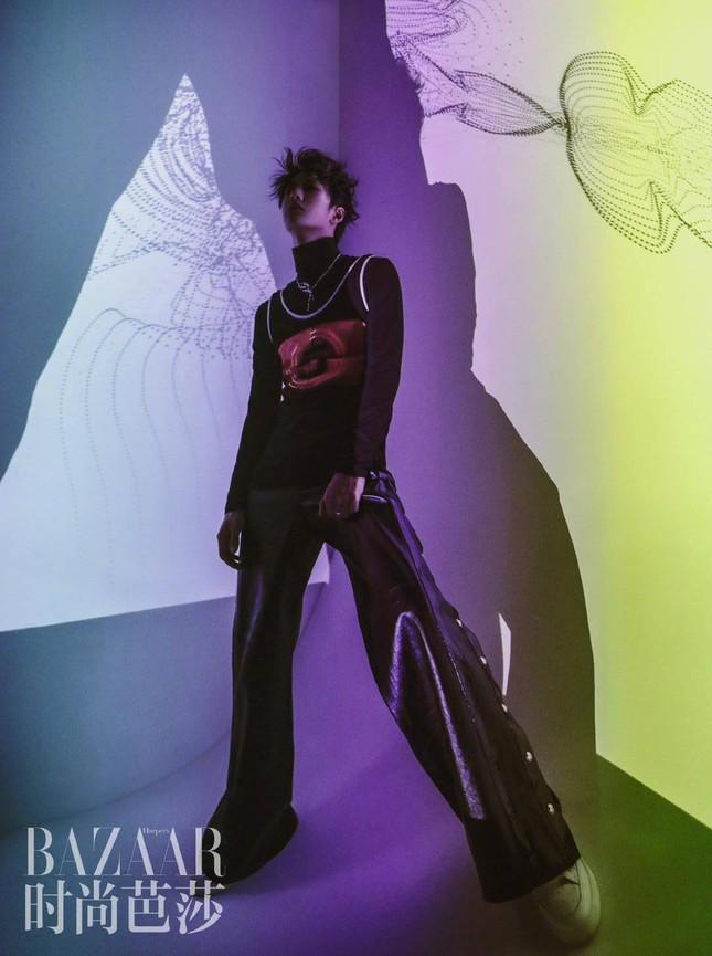 Vương Nhất Bác khoe khí chất vương giả đầy quyền lực trên bìa khai quý của Harper's BAZAAR Trung ảnh 10