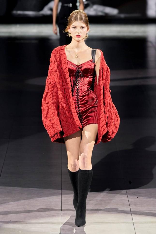 Mặc set đồ đỏ của D&G trị giá gần 175 triệu, Jisoo (BLACKPINK) quyến rũ hơn cả mẫu xịn của hãng ảnh 2
