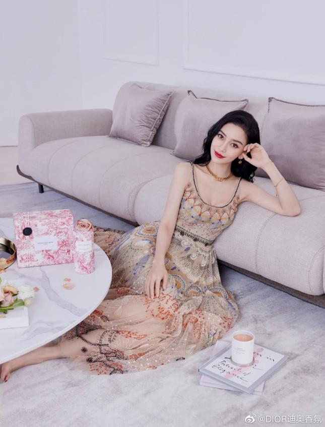 Cùng quảng cáo nước hoa Dior, hai đại sứ Jisoo (BLACKPINK) và Angela Baby lại được đem ra so sánh ảnh 6