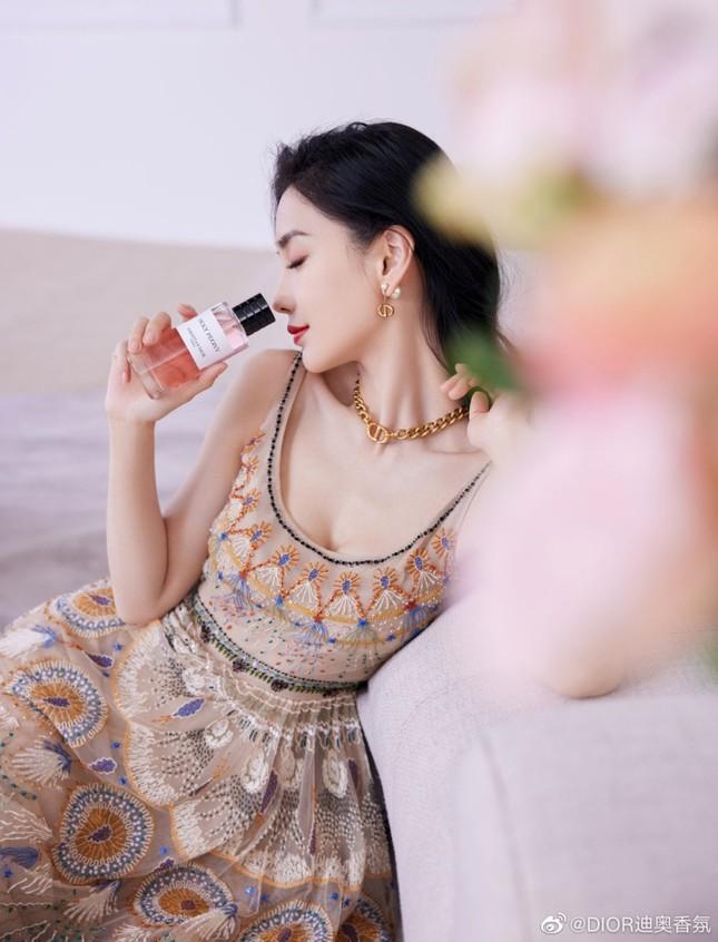 Cùng quảng cáo nước hoa Dior, hai đại sứ Jisoo (BLACKPINK) và Angela Baby lại được đem ra so sánh ảnh 5