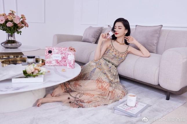 Cùng quảng cáo nước hoa Dior, hai đại sứ Jisoo (BLACKPINK) và Angela Baby lại được đem ra so sánh ảnh 4