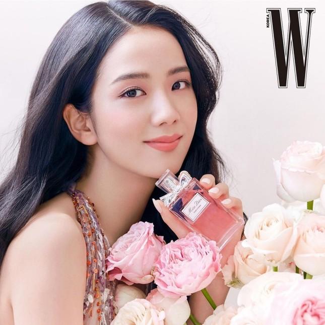 Cùng quảng cáo nước hoa Dior, hai đại sứ Jisoo (BLACKPINK) và Angela Baby lại được đem ra so sánh ảnh 2