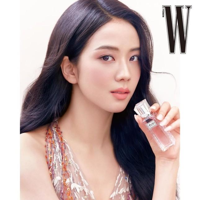 Cùng quảng cáo nước hoa Dior, hai đại sứ Jisoo (BLACKPINK) và Angela Baby lại được đem ra so sánh ảnh 3