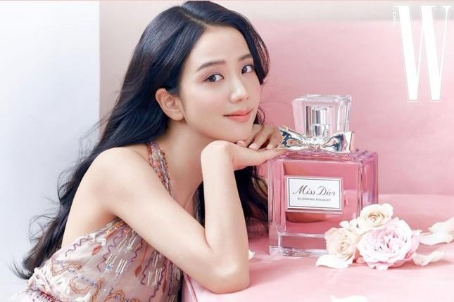 Cùng quảng cáo nước hoa Dior, hai đại sứ Jisoo (BLACKPINK) và Angela Baby lại được đem ra so sánh ảnh 1