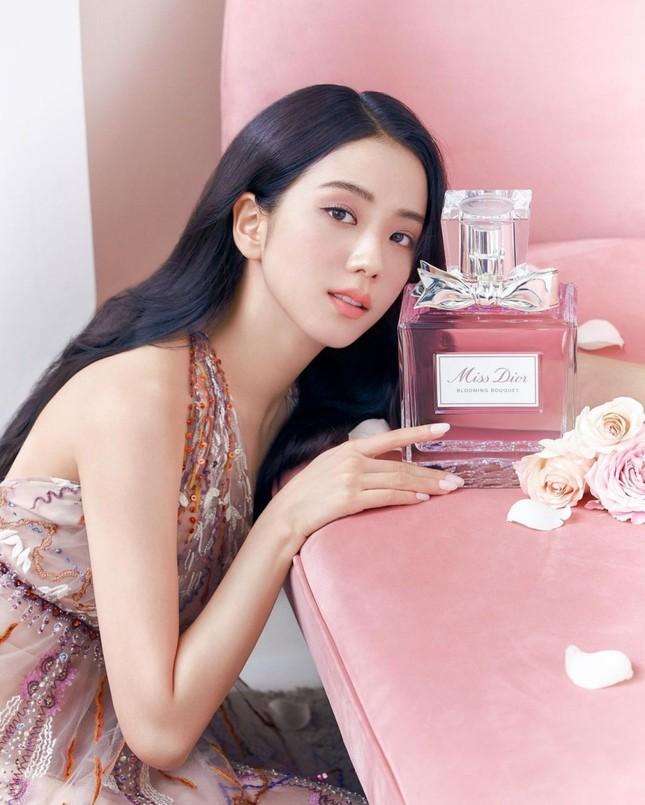 Cùng quảng cáo nước hoa Dior, hai đại sứ Jisoo (BLACKPINK) và Angela Baby lại được đem ra so sánh ảnh 7