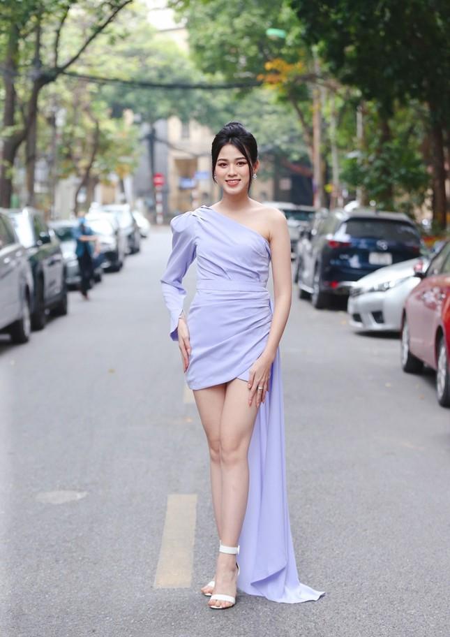 """Hình ảnh mới nhất của Hoa hậu Đỗ Thị Hà: Kiểu váy tinh tế khoe trọn đôi chân """"thương hiệu"""" 1m11 ảnh 3"""