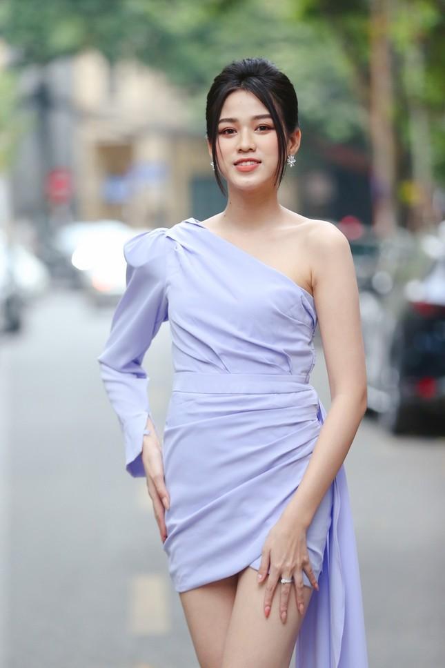 """Hình ảnh mới nhất của Hoa hậu Đỗ Thị Hà: Kiểu váy tinh tế khoe trọn đôi chân """"thương hiệu"""" 1m11 ảnh 5"""