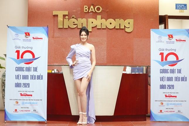 """Hình ảnh mới nhất của Hoa hậu Đỗ Thị Hà: Kiểu váy tinh tế khoe trọn đôi chân """"thương hiệu"""" 1m11 ảnh 1"""