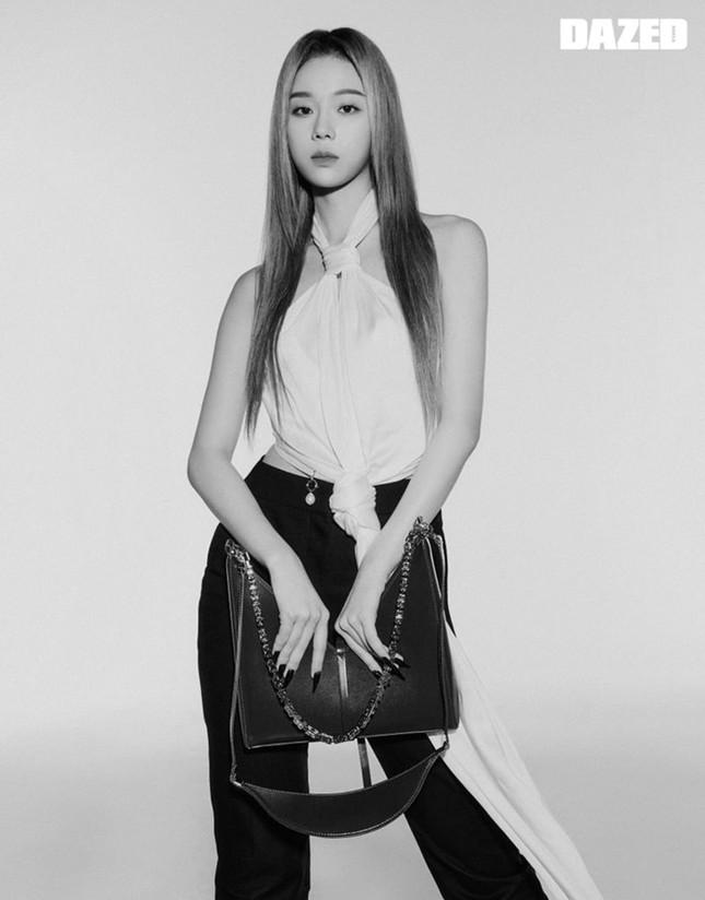 """aespa tung bộ ảnh từng thành viên trên DAZED Hàn, netizen """"cạn lời"""" vì các cô gái toàn mặc lại đồ của nhau ảnh 7"""