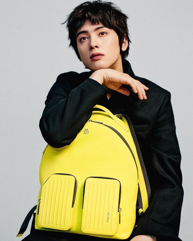 """Ngắm trọn bộ ảnh gây tranh cãi của Cha Eun Woo, mặc cả váy nhưng """"có gì đó rất cuốn ở đây"""" ảnh 1"""