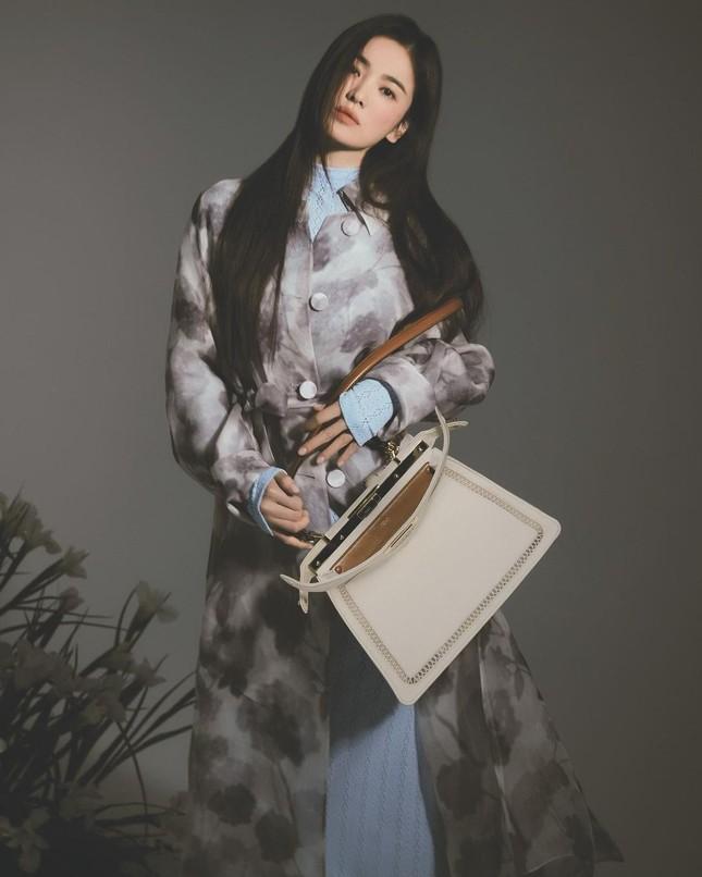 """Song Hye Kyo đăng ảnh quảng cáo sương sương nhưng thần thái chuẩn """"nữ thần"""" ảnh 3"""