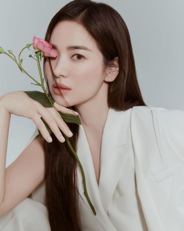 """Song Hye Kyo đăng ảnh quảng cáo sương sương nhưng thần thái chuẩn """"nữ thần"""" ảnh 4"""