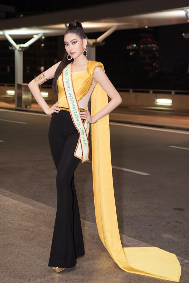 Á hậu Ngọc Thảo mang gần 150kg hành lý, mặc đồ bảo hộ lên đường dự thi Miss Grand International ảnh 7
