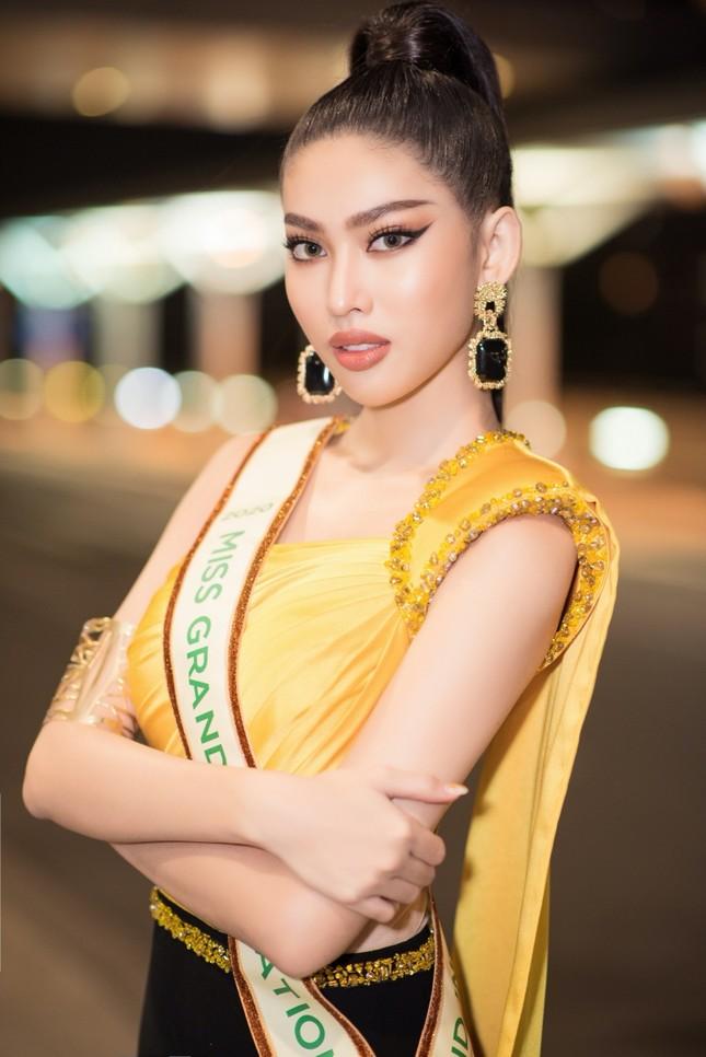 Á hậu Ngọc Thảo mang gần 150kg hành lý, mặc đồ bảo hộ lên đường dự thi Miss Grand International ảnh 1